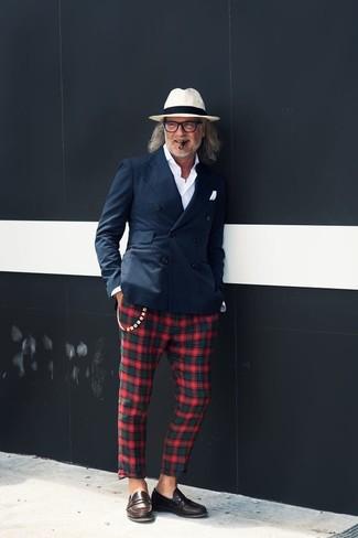 Comment porter: blazer croisé bleu marine, chemise de ville blanche, pantalon chino écossais vert et rouge, slippers en cuir marron foncé