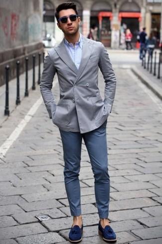 Comment porter: blazer croisé gris, chemise de ville bleu clair, pantalon chino bleu marine, mocassins à pampilles en daim bleu marine