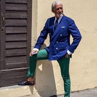Comment porter: blazer croisé bleu, chemise de ville blanche, pantalon chino vert, chaussures derby en cuir marron foncé