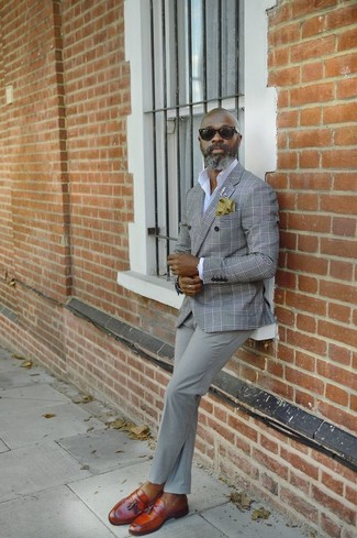 Comment porter: blazer croisé écossais gris, chemise de ville blanche, pantalon chino gris, mocassins à pampilles en cuir tabac