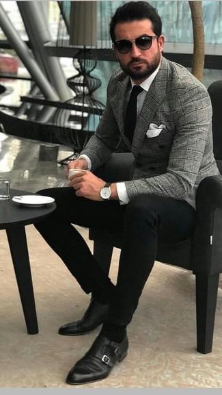 Comment porter: blazer croisé écossais gris, chemise de ville blanche, pantalon chino noir, double monks en cuir noirs