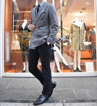 Comment porter: blazer croisé écossais gris, chemise de ville à rayures verticales blanc et bleu, pantalon chino noir, chaussures derby en cuir noires