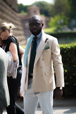 Comment porter: blazer croisé beige, chemise de ville en vichy blanc et bleu marine, pantalon chino blanc, cravate vert foncé