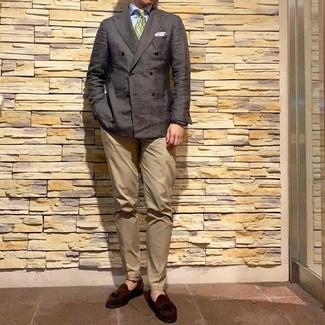 Comment porter: blazer croisé marron foncé, chemise de ville bleu clair, pantalon chino marron clair, mocassins à pampilles en daim marron foncé
