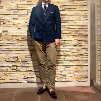 Comment porter: blazer croisé bleu marine, chemise de ville blanche, pantalon chino marron clair, mocassins à pampilles en cuir bordeaux