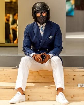 Comment porter: blazer croisé bleu marine, chemise de ville blanche, pantalon chino blanc, baskets basses blanches