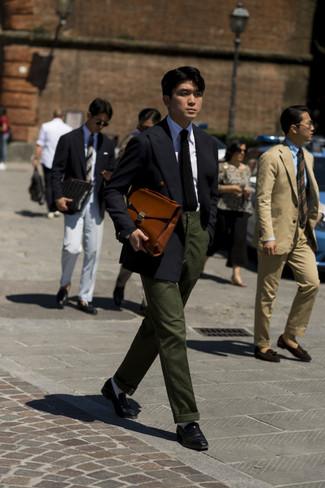 Comment porter une cravate en tricot noire: Quelque chose d'aussi simple que d'opter pour un blazer croisé noir et une cravate en tricot noire peut te démarquer de la foule. Tu veux y aller doucement avec les chaussures? Choisis une paire de des slippers en cuir noirs pour la journée.