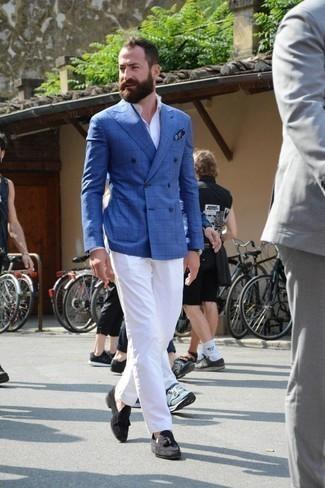 Comment porter un blazer croisé à carreaux bleu: Pense à porter un blazer croisé à carreaux bleu et un pantalon chino blanc pour achever un look habillé mais pas trop. Jouez la carte classique pour les chaussures et choisis une paire de des mocassins à pampilles en daim noirs.