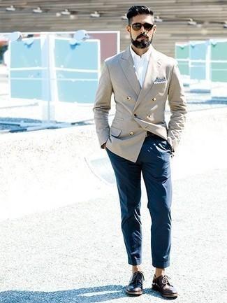 Un pantalon chino à porter avec des chaussures derby marron foncé: Pense à associer un blazer croisé beige avec un pantalon chino pour achever un look habillé mais pas trop. Choisis une paire de des chaussures derby marron foncé pour afficher ton expertise vestimentaire.