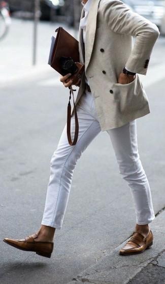 Comment porter des slippers en cuir marron clair: Pense à marier un blazer croisé beige avec un pantalon chino blanc pour aller au bureau. Jouez la carte classique pour les chaussures et fais d'une paire de des slippers en cuir marron clair ton choix de souliers.