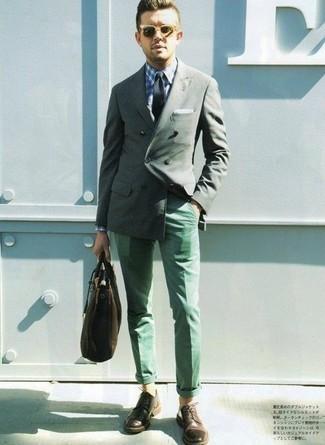 Comment porter une cravate vert foncé: Choisis un blazer croisé vert foncé et une cravate vert foncé pour un look pointu et élégant. Une paire de des chaussures derby en cuir marron foncé apportera un joli contraste avec le reste du look.