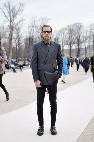 Tendances mode hommes: Opte pour un blazer croisé gris foncé avec un pantalon chino noir pour un look idéal au travail. Une paire de des double monks en cuir noirs est une façon simple d'améliorer ton look.