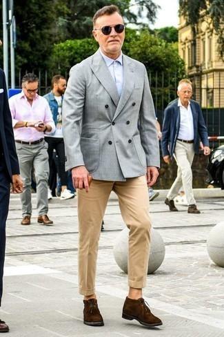 Comment porter des bottines chukka en daim marron foncé: Associe un blazer croisé gris avec un pantalon chino marron clair si tu recherches un look stylé et soigné. Si tu veux éviter un look trop formel, opte pour une paire de des bottines chukka en daim marron foncé.