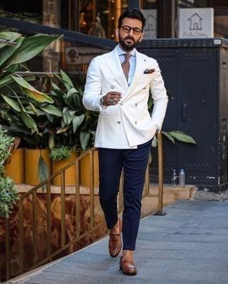 Comment porter un blazer croisé blanc: Harmonise un blazer croisé blanc avec un pantalon chino bleu marine pour achever un look habillé mais pas trop. Transforme-toi en bête de mode et fais d'une paire de des slippers en cuir marron ton choix de souliers.