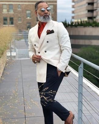 Comment porter un blazer croisé blanc: Essaie d'associer un blazer croisé blanc avec un pantalon chino á pois bleu marine pour créer un look chic et décontracté. Habille ta tenue avec une paire de des chaussures derby en cuir tressées marron.