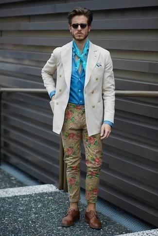 Comment porter un blazer croisé blanc: Pense à porter un blazer croisé blanc et un pantalon chino imprimé marron clair pour achever un look habillé mais pas trop. D'une humeur créatrice? Assortis ta tenue avec une paire de des chaussures derby en cuir marron.