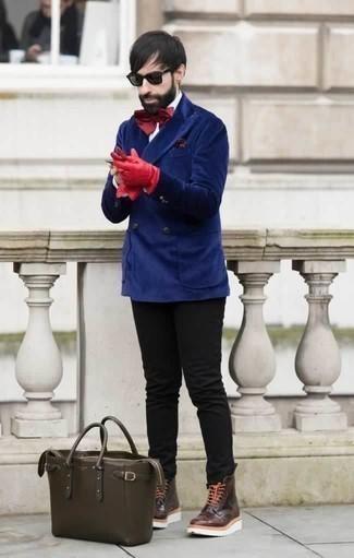Comment porter une pochette de costume á pois bordeaux: Pour une tenue de tous les jours pleine de caractère et de personnalité marie un blazer croisé en velours bleu avec une pochette de costume á pois bordeaux. Jouez la carte classique pour les chaussures et termine ce look avec une paire de des bottes de loisirs en cuir bordeaux.