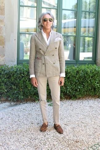 Une chemise de ville à porter avec un pantalon chino beige: Pense à marier une chemise de ville avec un pantalon chino beige pour créer un look chic et décontracté. Une paire de des slippers en daim marron apportera une esthétique classique à l'ensemble.