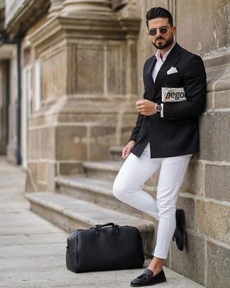 Comment s'habiller à 30 ans: Pense à opter pour un blazer croisé noir et un pantalon chino blanc pour prendre un verre après le travail. Jouez la carte classique pour les chaussures et fais d'une paire de des mocassins à pampilles en cuir noirs ton choix de souliers.