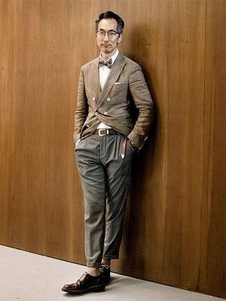 Comment porter un blazer croisé marron clair: Marie un blazer croisé marron clair avec un pantalon chino gris pour aller au bureau. D'une humeur créatrice? Assortis ta tenue avec une paire de des chaussures derby en cuir marron foncé.