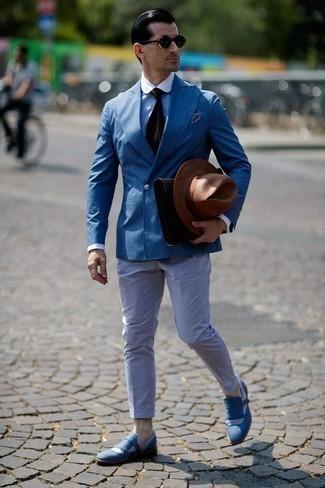 Comment porter une pochette en cuir marron foncé: Pense à porter un blazer croisé bleu et une pochette en cuir marron foncé pour une tenue idéale le week-end. Une paire de des slippers en toile à franges bleus ajoutera de l'élégance à un look simple.