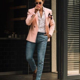 Tendances mode hommes: Perfectionne le look chic et décontracté avec un blazer croisé rose et un pantalon chino à carreaux bleu clair. Termine ce look avec une paire de slippers en daim marron foncé pour afficher ton expertise vestimentaire.