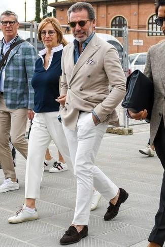 Comment porter une chemise de ville en chambray bleu clair: Opte pour une chemise de ville en chambray bleu clair avec un pantalon chino blanc pour créer un look chic et décontracté. Transforme-toi en bête de mode et fais d'une paire de mocassins à pampilles en daim marron foncé ton choix de souliers.