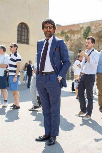 Comment porter: blazer croisé à rayures verticales bleu, chemise de ville blanche, pantalon de costume à rayures verticales bleu, mocassins à pampilles en cuir noirs