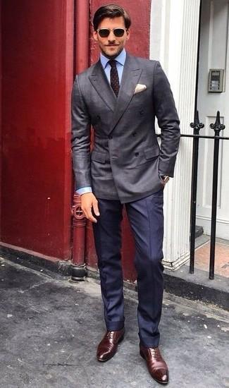 Comment porter: blazer croisé gris foncé, chemise de ville bleu clair, pantalon de costume bleu marine, chaussures richelieu en cuir marron foncé