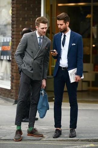 Comment porter: blazer croisé gris, chemise de ville blanche, pantalon de costume gris foncé, chaussures derby en daim olive