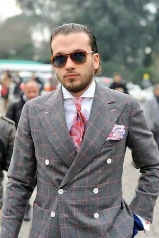 Comment porter: blazer croisé écossais gris, chemise de ville blanche, pantalon de costume bleu marine, cravate imprimée cachemire rouge
