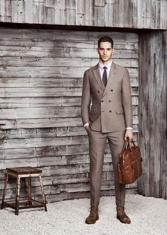 Comment porter: blazer croisé marron, chemise de ville violet clair, pantalon de costume marron, bottes habillées en daim marron foncé
