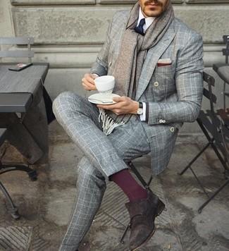Comment porter: blazer croisé à carreaux gris, chemise de ville blanche, pantalon de costume en laine à carreaux gris, double monks en daim marron foncé
