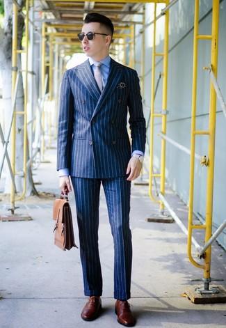 Comment porter: blazer croisé à rayures verticales bleu marine, chemise de ville bleue, pantalon de costume à rayures verticales bleu marine, chaussures brogues en cuir bordeaux
