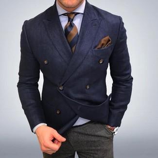 Tenue: Blazer croisé bleu marine, Chemise de ville blanche, Pantalon de costume en laine gris, Cravate à rayures verticales marron