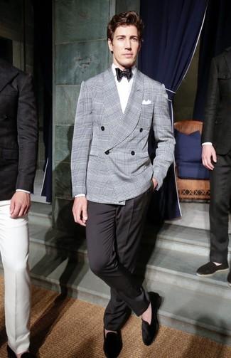 Comment porter: blazer croisé écossais gris, chemise de ville blanche, pantalon de costume noir, slippers en daim noirs