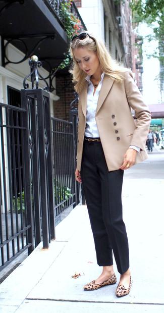 Comment porter: blazer croisé beige, chemise de ville blanche, pantalon de costume noir, slippers en daim imprimés léopard marron clair