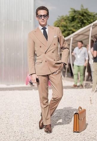 Comment porter: blazer croisé marron clair, chemise de ville blanche, pantalon de costume marron clair, mocassins à pampilles en cuir marron