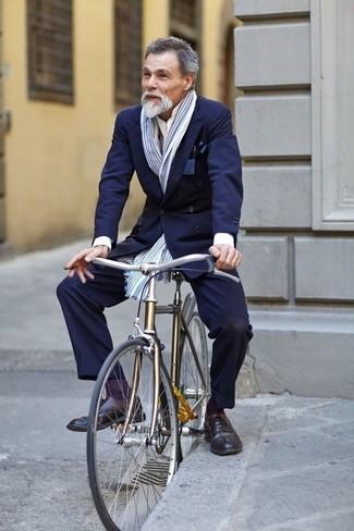 Comment porter: blazer croisé bleu marine, chemise de ville blanche, pantalon de costume bleu marine, chaussures brogues en cuir noires
