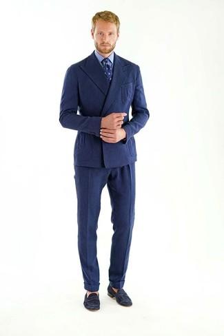 Comment porter: blazer croisé en laine bleu marine, chemise de ville bleue, pantalon de costume en laine bleu marine, slippers en daim noirs