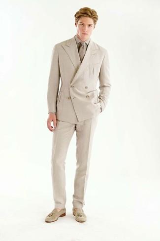 Comment porter: blazer croisé beige, chemise de ville beige, pantalon de costume beige, mocassins à pampilles en daim beiges