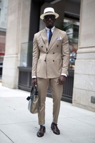 Comment porter un sac fourre-tout en cuir beige: Harmonise un blazer croisé beige avec un sac fourre-tout en cuir beige pour un look de tous les jours facile à porter. Termine ce look avec une paire de des chaussures richelieu en cuir marron foncé pour afficher ton expertise vestimentaire.