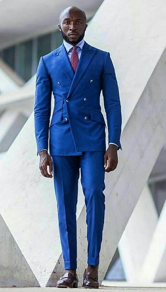 Comment porter: blazer croisé bleu, chemise de ville bleu clair, pantalon de costume bleu, slippers en cuir marron foncé