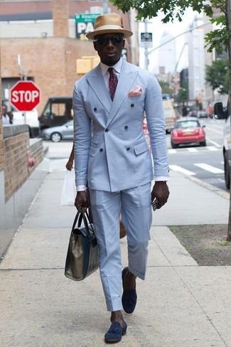 Comment porter: blazer croisé bleu clair, chemise de ville blanche, pantalon de costume bleu clair, mocassins à pampilles en daim bleu marine