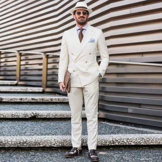 Comment porter: blazer croisé blanc, chemise de ville bleu clair, pantalon de costume blanc, slippers en cuir noirs et blancs