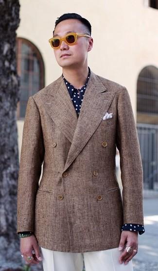 Comment porter: blazer croisé marron, chemise de ville á pois bleu marine et blanc, pantalon de costume blanc, pochette de costume blanche