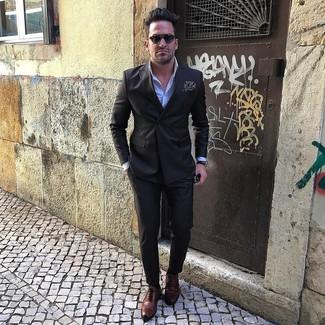 Comment porter: blazer croisé noir, chemise de ville bleu clair, pantalon de costume noir, chaussures brogues en cuir marron