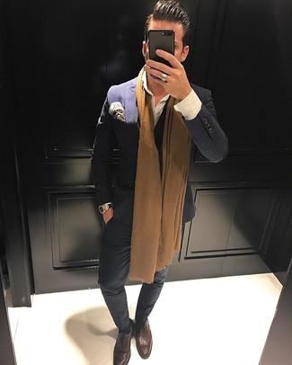Comment porter: blazer croisé á pois bleu marine, chemise de ville blanche, pantalon de costume á pois bleu marine, chaussures richelieu en cuir marron