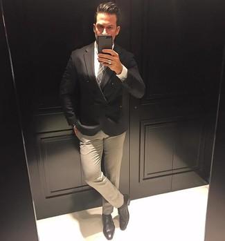 Comment porter: blazer croisé noir, chemise de ville blanche, pantalon de costume beige, double monks en cuir noirs