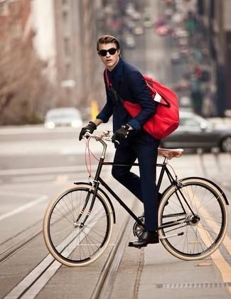 Comment porter: blazer croisé bleu marine, chemise de ville noire, pantalon de costume bleu marine, chaussures derby en cuir noires